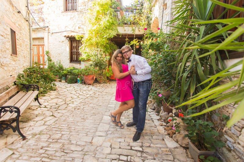 Roliga par av den nätta unga kvinnan med långt blont hår och glade stiliga grabben som har utomhus- gyckel Glädje lycka fotografering för bildbyråer