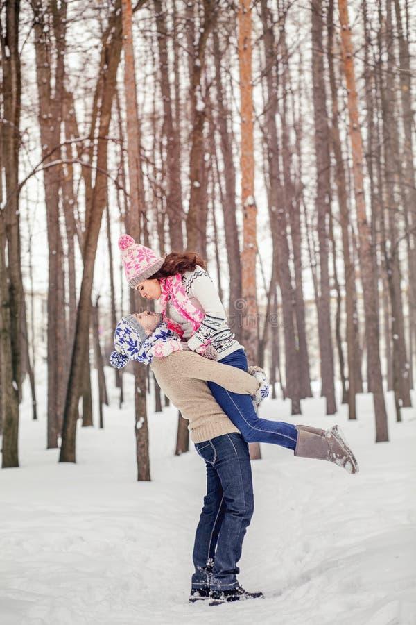 Roliga par för vinter som är skämtsamma tillsammans under vacati för vinterferier arkivfoto