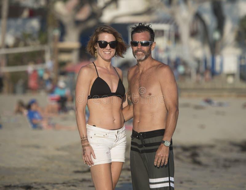 Roliga par på stranden arkivbilder