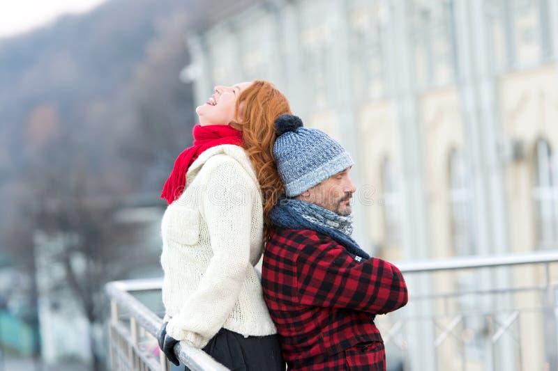 Roliga par tillbaka som ska dras tillbaka att le kvinnan lutar till grabbbaksida Män rymmer kvinnabaksida och det stängda ögat arkivfoto