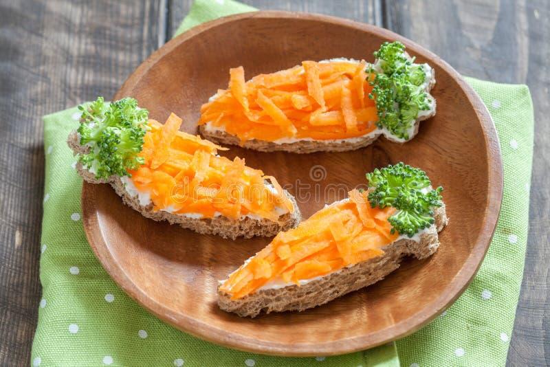 Roliga rostade bröd i en morotform royaltyfria foton