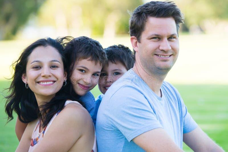 Roliga söner för lycklig mellan skilda raser familjstående arkivbild