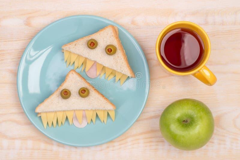 Roliga smörgåsar för ungar i form av monster arkivfoto