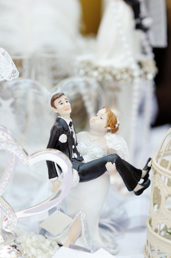 Roliga statyetter brud och brudgum royaltyfri bild