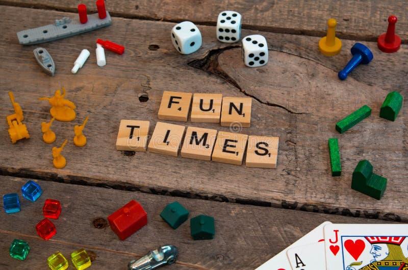 'Roliga tider som göras från modiga bokstäver för Scrabble arkivfoto