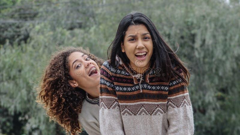 Roliga tonåriga latinamerikanska flickor arkivbilder