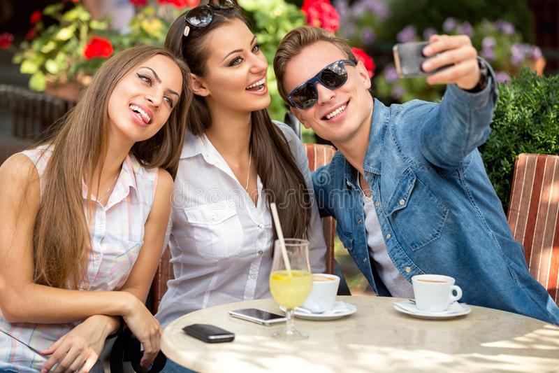 Roliga vänner på kafét royaltyfri foto