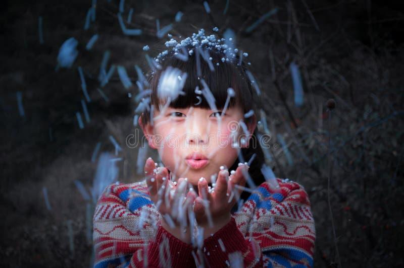 Roligt asiatiskt lantligt barn för slag royaltyfria bilder