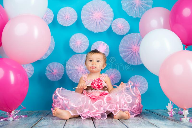 Roligt barn med en klubba i formen av en hjärta, lycklig liten flicka royaltyfria bilder