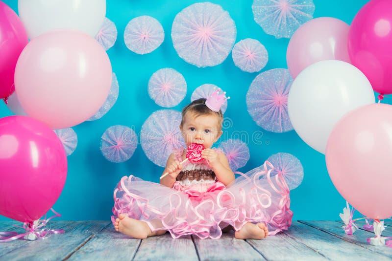 Roligt barn med en klubba i formen av en hjärta, lycklig liten flicka arkivfoto