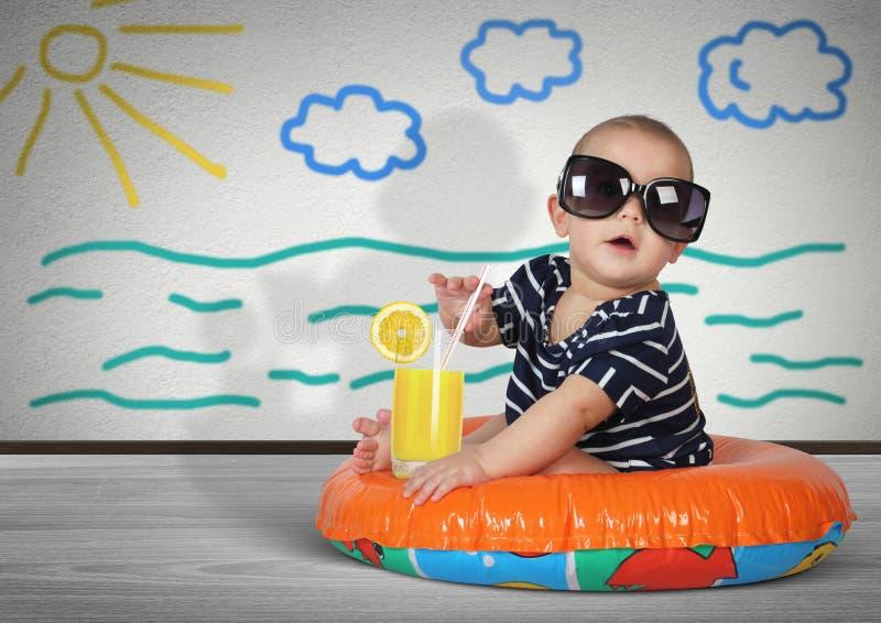 Roligt barn på simningcirkeln hemma Stranden vilar idérik concep royaltyfria bilder