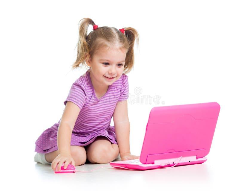 Roligt barn som använder en bärbar dator arkivbilder