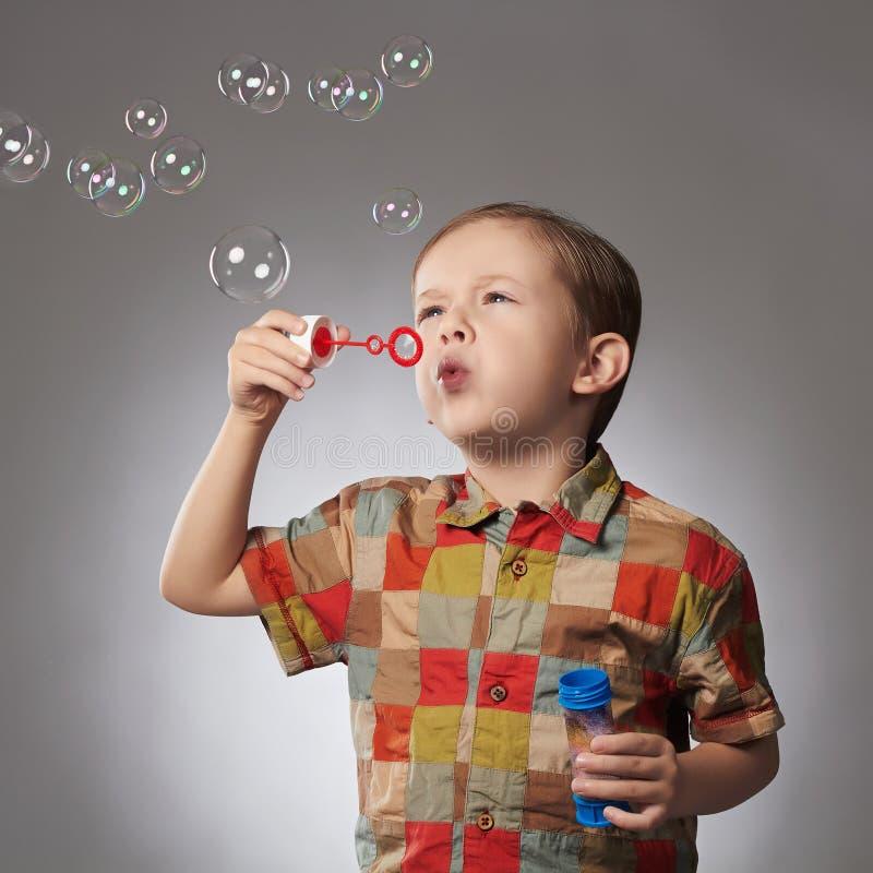 Roligt barn som blåser såpbubblor pojke little arkivbilder