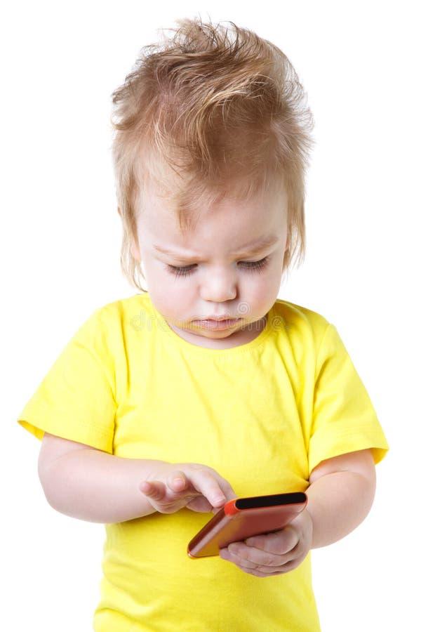Roligt behandla som ett barn blickar på skärmen av smartphonen arkivbilder