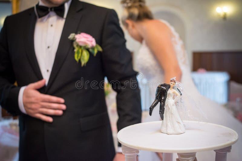 roligt bröllop för cake royaltyfri bild