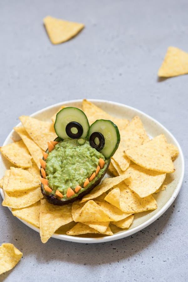 Roligt dopp och nachos för alligatoravokadoguacamole arkivbilder