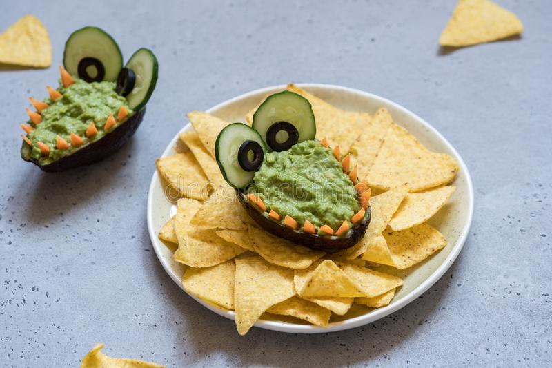 Roligt dopp och nachos för alligatoravokadoguacamole royaltyfri fotografi