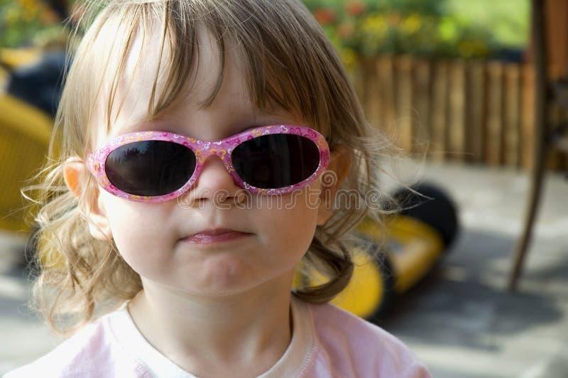 roligt flickasolglasögonslitage arkivbild