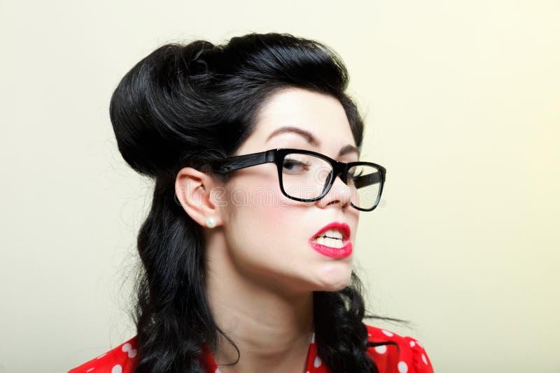 Roligt flickautvikningsbildsmink och frisyr fotografering för bildbyråer