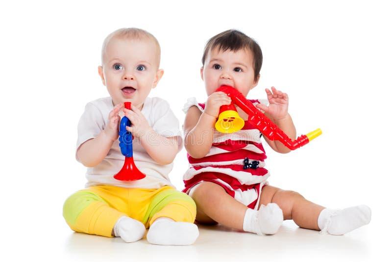 Roligt le behandla som ett barn flickor med musikaliska toys arkivbild