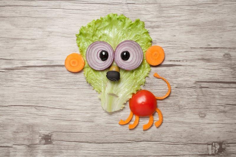 Roligt lejon som göras av grönsaker på trätabellen royaltyfri fotografi