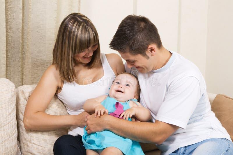 roligt lyckligt för familj ha barn arkivbilder