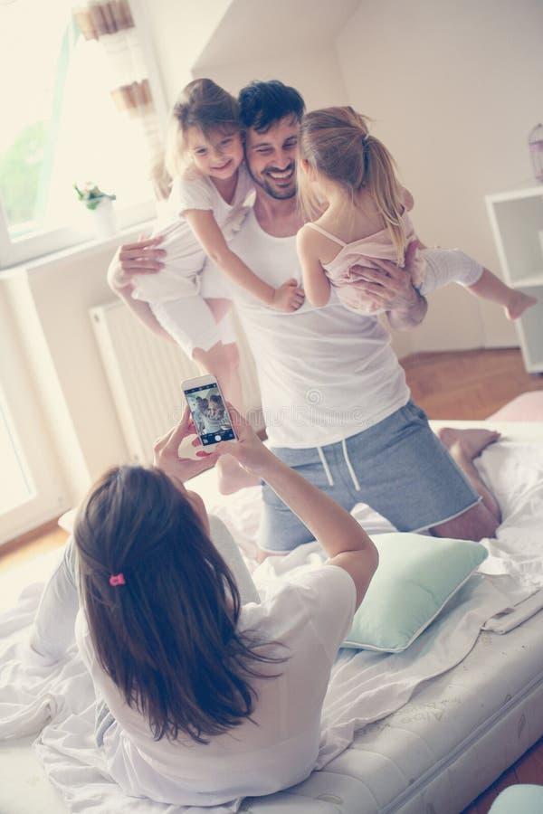 roligt lyckligt för familj ha home royaltyfri fotografi