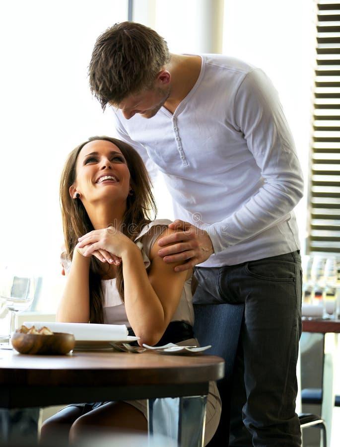 roligt lyckligt för par ha restaurangen arkivbilder