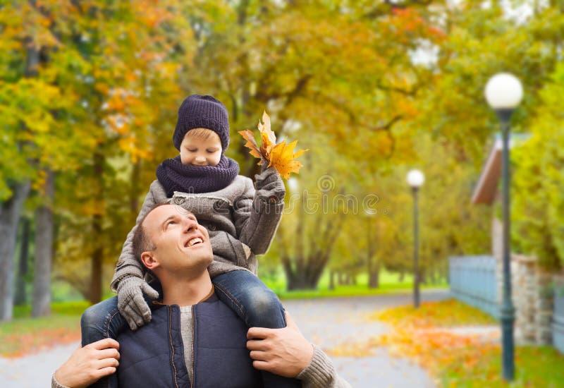 roligt lyckligt f?r h?stfamiljfokus ha manparken arkivfoto