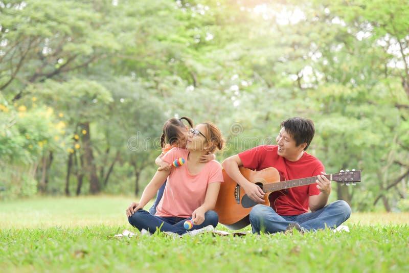 roligt lyckligt ha för asiatisk familj royaltyfri fotografi