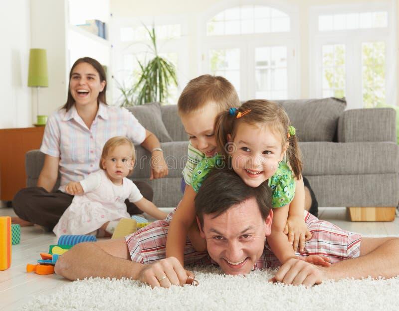 roligt lyckligt ha för familj royaltyfria foton