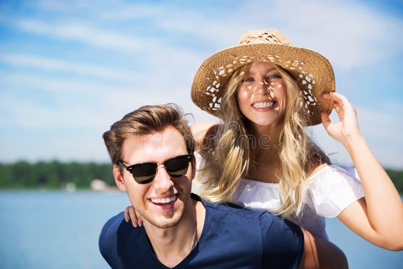 roligt lyckligt ha för par fotografering för bildbyråer