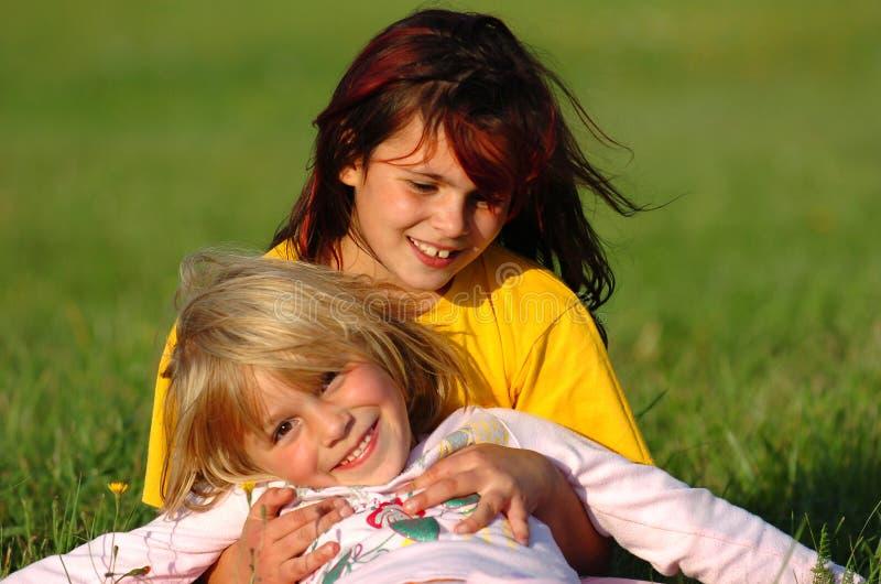 roligt lyckligt ha systrar royaltyfri bild