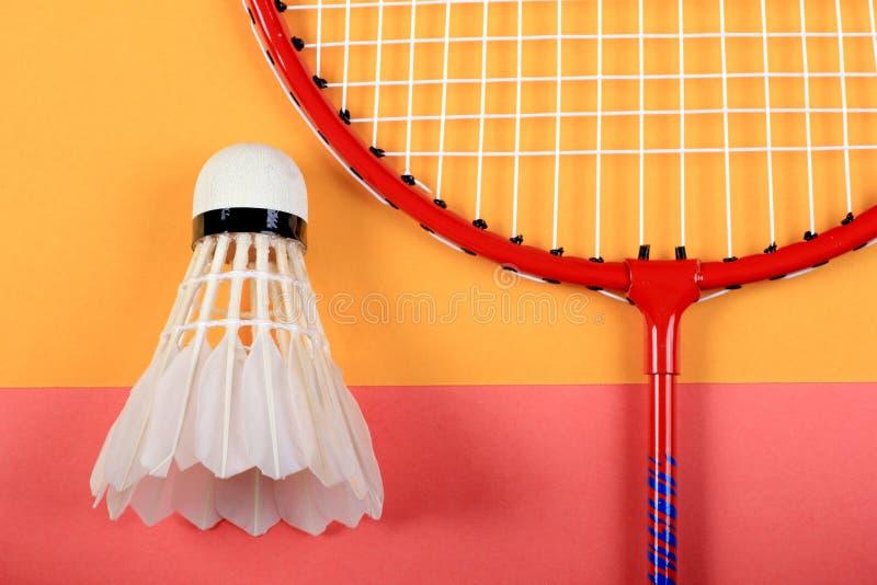 Roligt minsta begrepp för sommar Bästa sikt på badmintonracket och fjäderboll arkivfoton