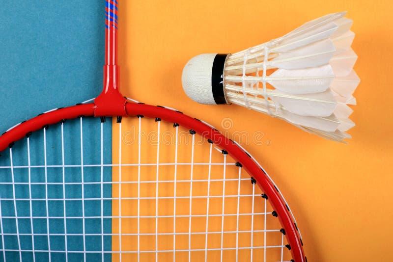Roligt minsta begrepp för sommar Bästa sikt på badmintonracket och fjäderboll arkivbilder