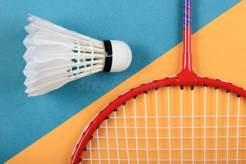 Roligt minsta begrepp för sommar Bästa sikt på badmintonracket och fjäderboll royaltyfria foton