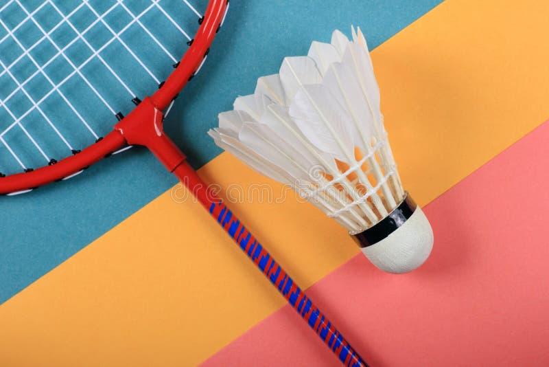 Roligt minsta begrepp för sommar Bästa sikt på badmintonracket och fjäderboll arkivfoto