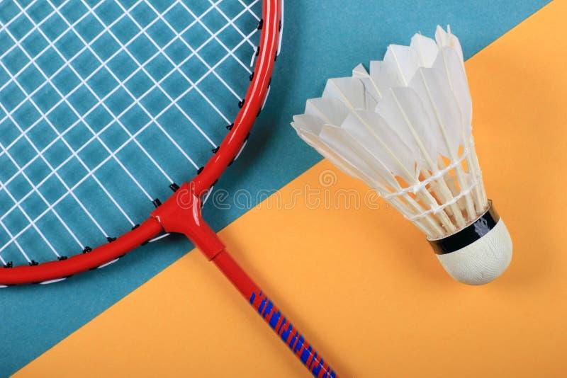 Roligt minsta begrepp för sommar Bästa sikt på badmintonracket och fjäderboll royaltyfri foto