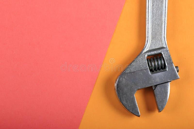 Roligt minsta begrepp för sommar Bästa sikt på den justerbara skiftnyckeln, skruvnyckel royaltyfri bild