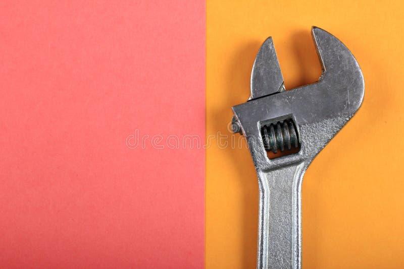 Roligt minsta begrepp för sommar Bästa sikt på den justerbara skiftnyckeln, skruvnyckel arkivfoton