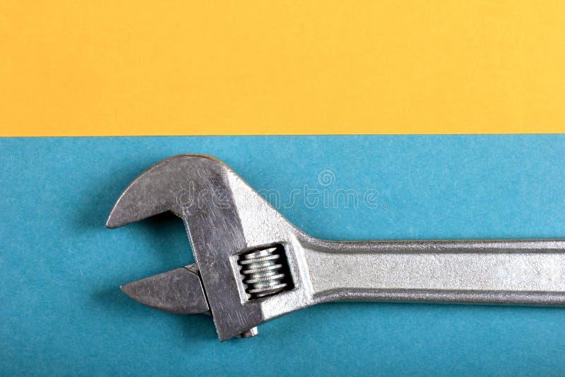 Roligt minsta begrepp för sommar Bästa sikt på den justerbara skiftnyckeln, skruvnyckel royaltyfri foto