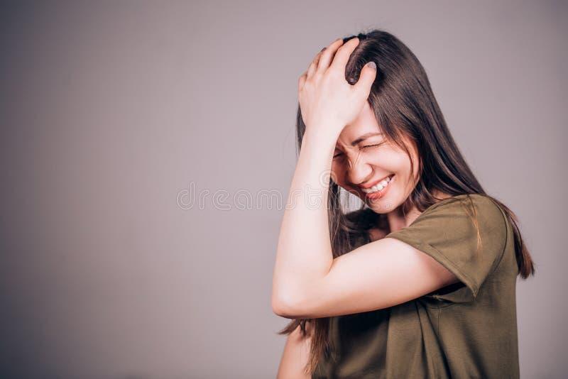 roligt mycket Härligt skratta för brunettkvinna som är ständigt arkivbild