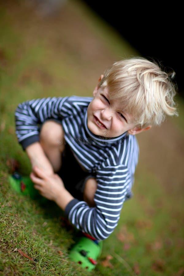 roligt posera för vinkelpojke royaltyfri foto