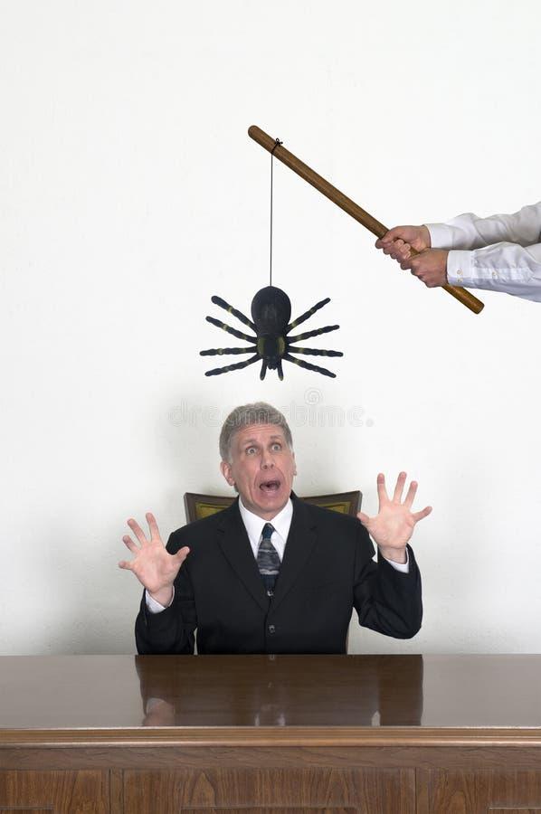 Roligt praktiskskämt i ett affärskontor på en arbetare arkivfoto