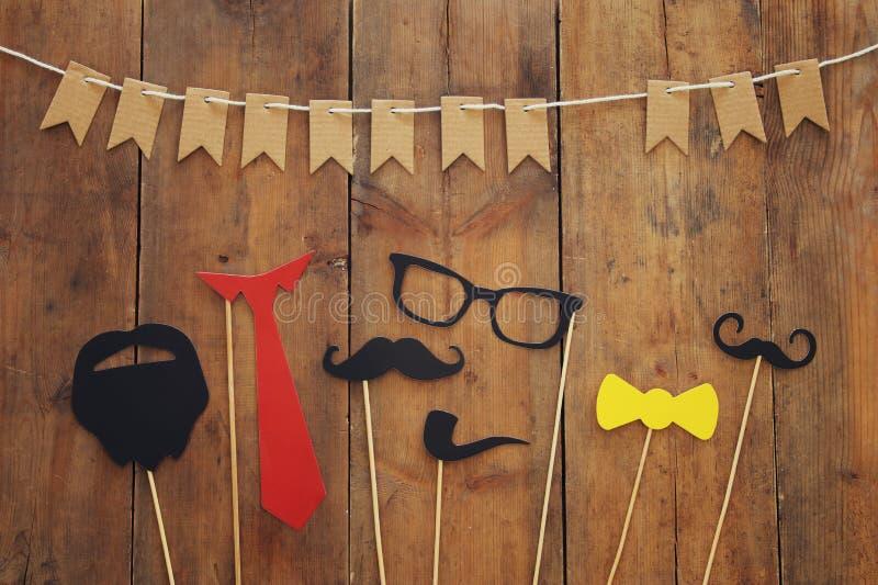 roligt skägg, exponeringsglas, mustasch, band och pilbåge Father& x27; s-dagbegrepp arkivbilder