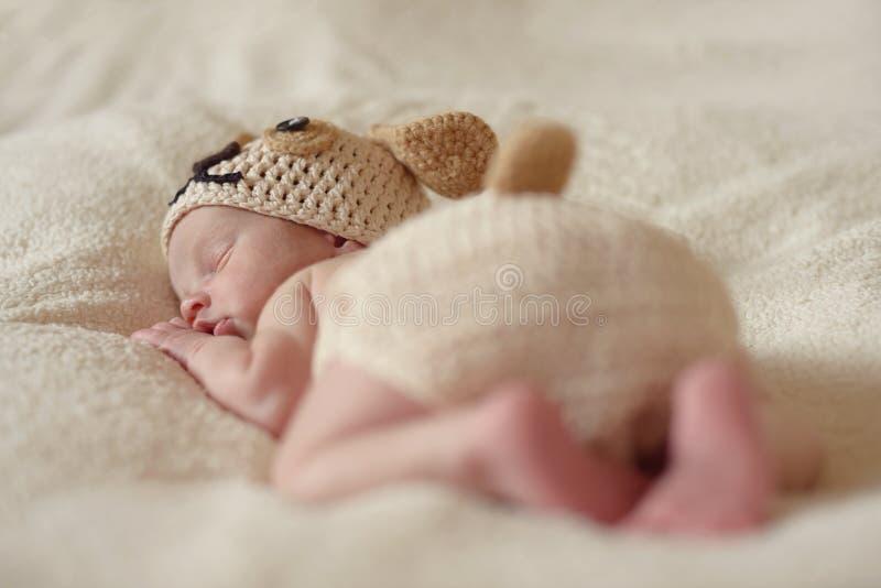 Roligt sova som är nyfött royaltyfri bild