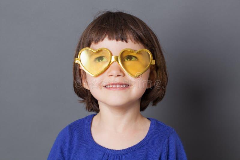 Roligt ungeexponeringsglasbegrepp för att dagdrömma det förskole- barnet royaltyfri fotografi