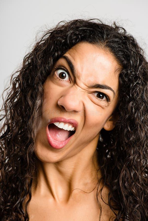 Bakgrund för grå färg för definition för kick för rolig kvinnastående verkligt folk royaltyfri foto