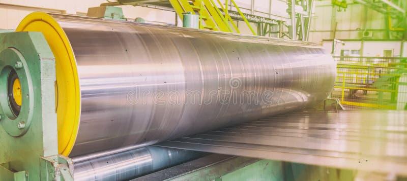 Rolka galwanizujący stalowy prześcieradło przy tnącą maszyną Przemysłowy środowisko z ślusarstwami i metalwork rękodzielnicza fab obrazy stock