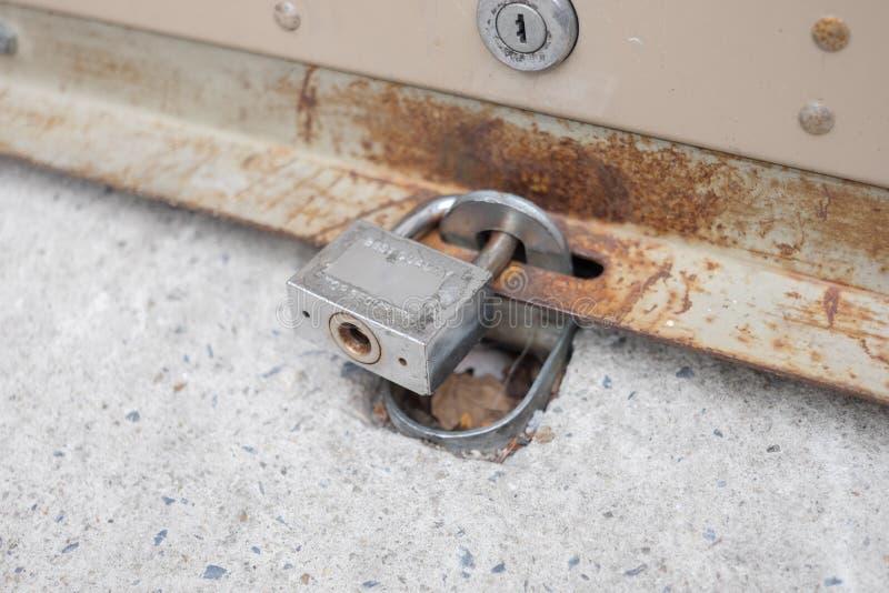 Rolka garażu brama zamyka i blokuje obraz stock